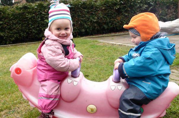 Es gibt kein schlechtes Wetter: Wippen auf dem Spielhof unserer Kindertagespflege In Braunschweig Querum.