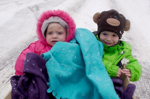 Tageskinder im Bollerwegen auf einem Ausflug durch den Schnee in Braunschweig.