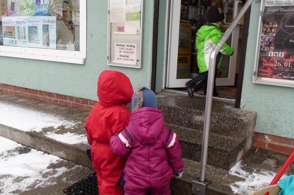 Die Kinder unserer Kindertagespflege TiQ! betreten den Schreib- und Bastelwarenladen ?Buntstift? in Braunschweig Querum.