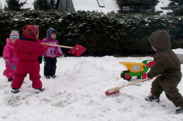 Die Tageskinder der Kindertagespflege TiQ! in Braunschweig Querum bauen einen Schneemann.