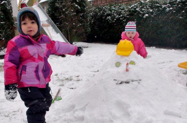 Stolz nach getaner ?Arbeit?: Die Tageskinder der Kindertagespflege TiQ! in Braunschweig Querum bauen einen Schneemann.