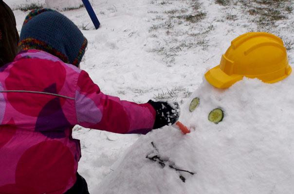 Eine Möhre als Nase: Die Tageskinder der Kindertagespflege TiQ! in Braunschweig Querum bauen einen Schneemann.