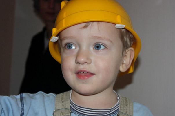 Ein Tageskind unserer Tagespflege in Braunschweig mit Bauhelm.