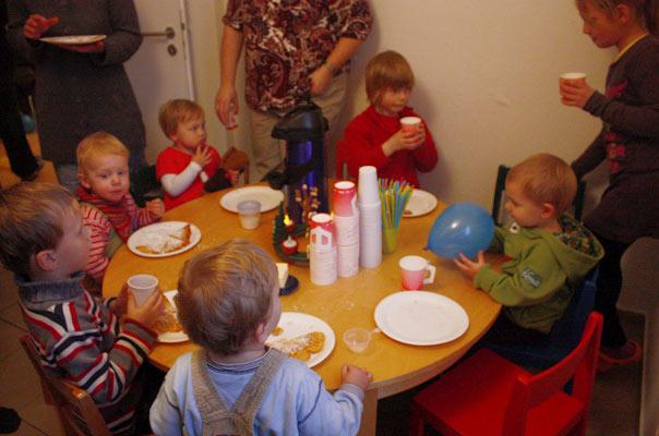 Gemeinsames Essen auf der Einweihungsfeier unserer Tagespflege in Braunschweig.