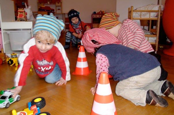 Kindertagespflge Braunschweig: Tageskinder spielen Feuerwehr, alle toben.
