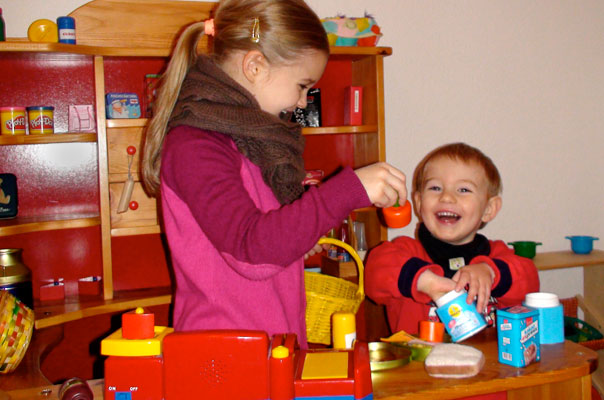 Kindertagespflege in Braunschweig: Tageskinder spielen im Kaufmannsladen