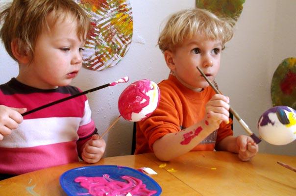 Kindertagespflege Tagesmutter Braunschweig: Ostereier anmalen bei TiQ! in Querum.