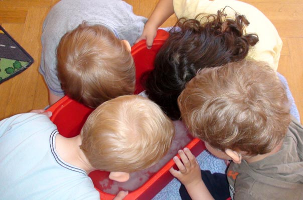 Tageskinder matschen mit Papierschiffchen im Wasser ? TiQ! Tagespflege in Querum Nicole Appel und Antje Storek, Kindertagespflege Tagesmutter Großtagespflege Braunschweig Querum
