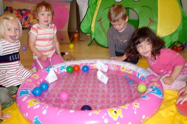 Tageskinder lassen Papierschiffchen im Wasser schwimmen ? TiQ! Tagespflege in Querum Nicole Appel und Antje Storek, Kindertagespflege Tagesmutter Großtagespflege Braunschweig Querum