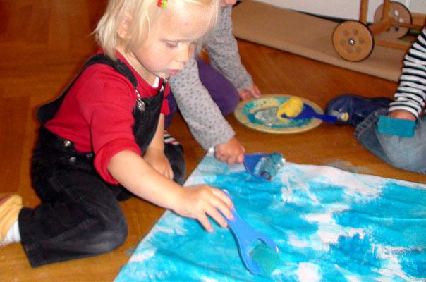 Die Tageskinder malen zusammen ein Ferien-Bild ? TiQ! Tagespflege in Querum Nicole Appel und Antje Storek, Kindertagespflege Tagesmutter Großtagespflege Braunschweig Querum