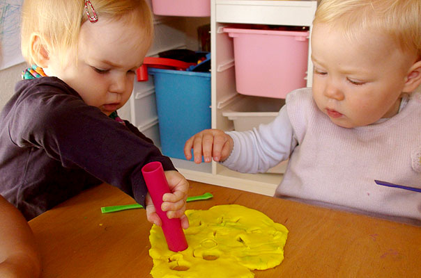 Unsere Tageskinder und die Löcher im Käse ? TiQ! Tagespflege in Querum Nicole Appel und Antje Storek, Kindertagespflege Tagesmutter Großtagespflege Braunschweig Querum