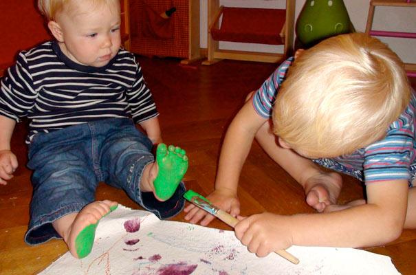 Tageskinder machen bunte Fußabdrücke ? TiQ! Tagespflege in Querum Nicole Appel und Antje Storek, Kindertagespflege Tagesmutter Großtagespflege Braunschweig Querum